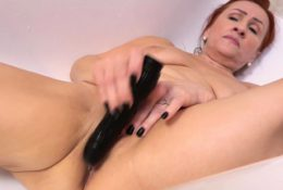 Old milf Amelia's pussy is begging for orgasmic relief